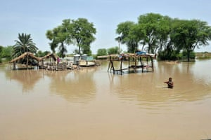 Pakistan Flood Update: A Pakistani family takes shelter under a hut in the flooded town of Rohri