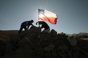Chilean Trapped Miners: Relatives place a Chilean flag at the collapsed mine