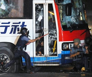 Manila bus hijack: Policemen try to enter the bus