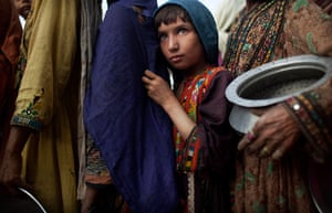 pakistan aftermath: Pakistanis line up at a food distribution point