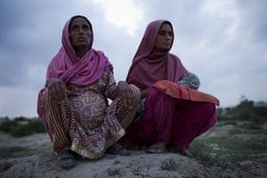 Pakistan Pregnant Women: Saphia Bibi and cousin Sumia after evacuating their home, Muzzafargarh
