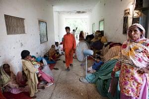 Pakistan Pregnant Women: A Government Boys School now flood relief camp in Munda Chowk, Pakistan