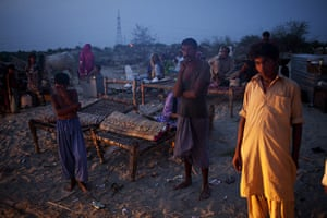 Pakistan Pregnant Women: Families displaced by flooding sleep at the side of the road