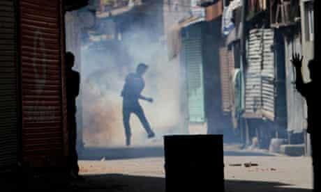 Kashmiri Muslims clash with Indian police in Srinagar