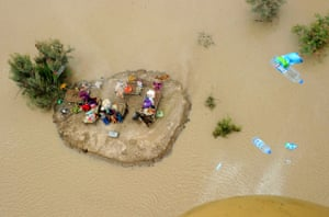 Pakistan aerial: Helicopter shows water supplies being thrown to residents in Sukkur