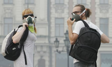 Moscow residents wearing gas masks to avoid inhaling smoke from the fires