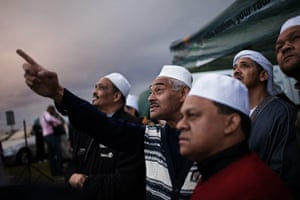 Eid begins: South African muslims attempt to spot the new moon
