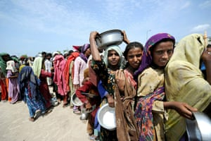 Six weeks later: Pakistan: Internally displaced Pakistani people queue for food