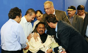 Pakistan's MQM leader, Altaf Hussain, prays in London for murdered party co-founder Imran Farooq