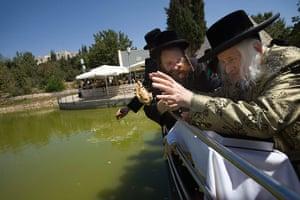 Yom Kippur: Menachem Mendel Taub, throws bread into the water during a Tashlich