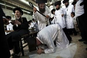 Yom Kippur Update: An ultra-Orthodox Jew whips a fellow bel