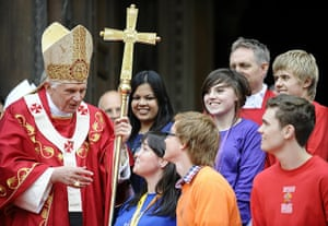 Pope in London: Pope Benedict XVI speaks with young people outside Westminster Cathedral