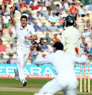 sport: England's James Anderson (L) celebrates