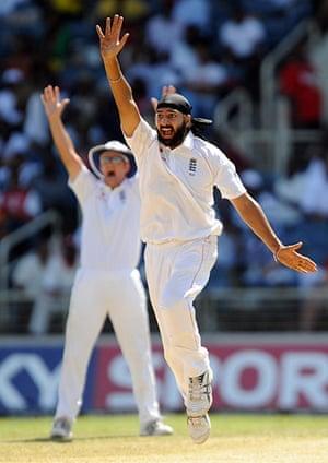 sport: England's cricketer Monty Panesar (C) an