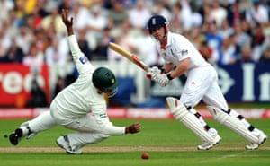 sport: England batsman Paul Collingwood (R) pla