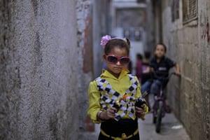 Muhammed Muheisen: Palestinian Rama Abu alreesh, 6, displays two toy gun
