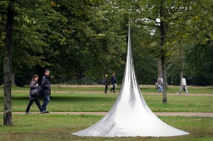Kapoor: Non-Object (Spire) viewer sees a distorted reflection