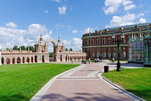 Moscow: Main gate in Grand Palace and building Tsaritsyno
