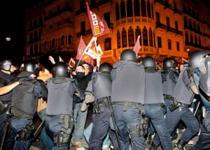 European strikes: Police force back protesters at the entrance to central post office, Spain