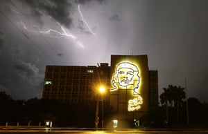 24 Hours: A storm above a silhouette of Che Guevara in Havana