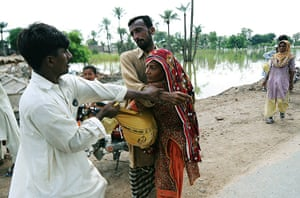 Pakistan Flooding Update: Displaced Pakistani residents fight over aid, after flooding