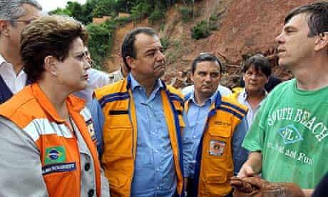 Dilma Rousseff speaks to a rescuer in Nova Friburgo.