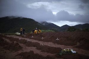 brazil mudslide aftermath: People bury victims of a landslide in Teresopolis