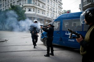 Tunis protest: Policemen shoot teargas shells towards protesters in Tunis
