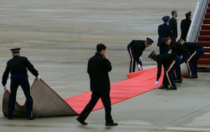 Hu Jintao in Washington: Red carpet is positioned after the arrival of Chinese President Hu Jintao