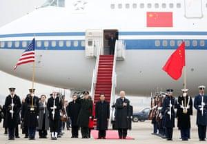Hu Jintao in Washington: Hu Jintao with US Vice President Joe Biden at Andrews Air Force Base