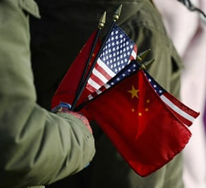 Hu Jintao Washington: An onlooker holds the US and China flags