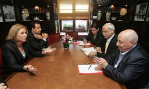 Palestinian negotiators Ahmed Qureia (right) and Saeb Erekat (2nd right) with Israel's Tzipi Livni