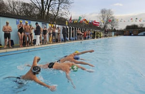 Cold water swimming: Swimmers starting at intervals in the endurance race