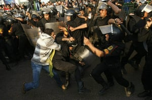 egpyt protests: Egyptian demonstrators clash with police in cairo
