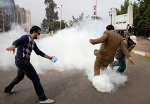 Egypt protests Cairo: Egyptian protesters react as anti-riot police fire tear gas, Cairo