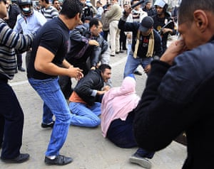 Protests in Egypt: Plainclothes policemen beat protesters in Cairo
