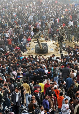 Egypt 29/01: Demonstrators assemble and speak with soldiers on tanks