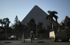 Egypt uprising: Egyptian army soldiers take position in front of the Giza pyramids