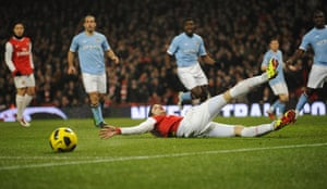 Arsenal v Manchester City: Van Persie can't reach the ball to knock it into the net