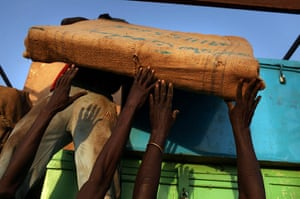 Sudan referendum: Southern Sudanese move their belongings after recently arriving from north