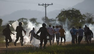 Bolivia Tipnis protests: 25 September: Police officers chase protesters during clashes