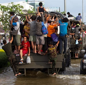 Flooding in Thailand: People are evacuated in trucks