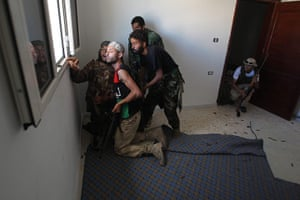 Libya, Sirte: Libyan rebels try to spot pro-Gaddafi fighters