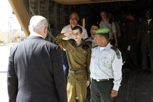 Shalit release: Gilad Shalit salutes in front of Israel's Prime Minister Netanyahu