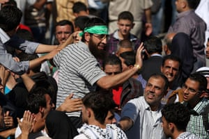 Shalit release: A Palestinian prisoner is welcomed by a crowd