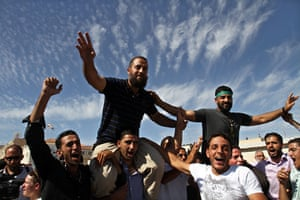 Shalit release: Freed Palestinian prisoners, carried on shoulders, are welcomed home
