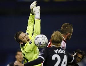 Tuesday Champions League: Kelava and Vida of Dinamo Zagreb struggle to gain control of the ball
