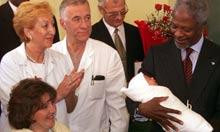 Kofi Annan holds newborn Adnan Nevic