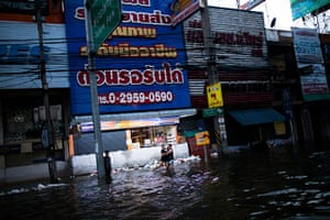 Thailand floods : Thai residents play on a flooded streetin Pathum Thani