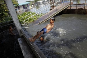 Thailand floods : Children play  in flood waters in Sai Mai district in Bangkok